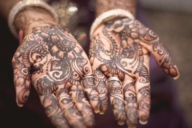 Instagram revive la henna más tribal. Estas 9 ideas te pueden dibujar un verano diferente.