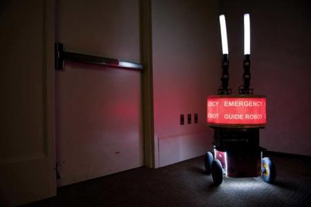 En caso de emergencia, ¿harías caso a los carteles que te rodean o a un robot?