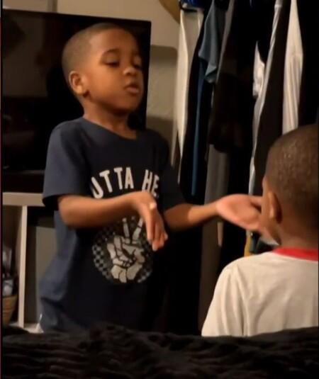 El tierno vídeo viral en el que un niño calma a su hermano de cuatro años enseñándole a hacer uso de la respiración consciente