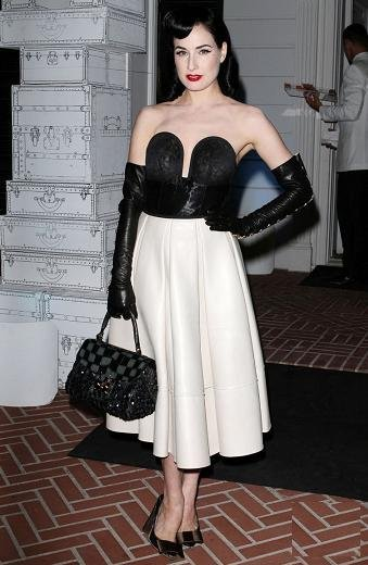 Dita von Teese y Kristen Bell en la apertura de Louis Vuitton en Santa Mónica