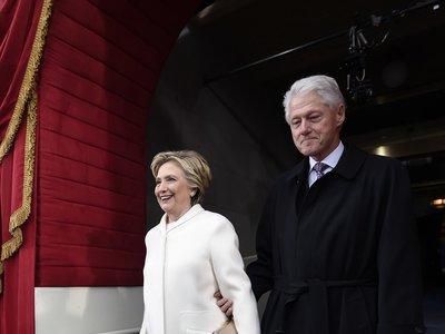 Hillary Clinton no abandona: escoge traje de pantalón blanco para la investidura de Trump