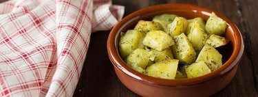 Receta de patatas adobadas al horno, una guarnición de matrícula de horno