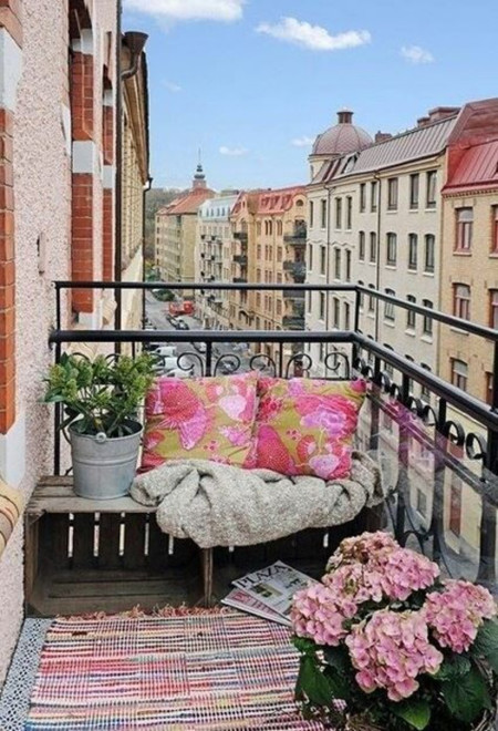 Plan lectura: Tendencias para hacer un rincón acogedor en tu balcón