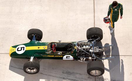 Alexander Rossi se sube al Lotus 49 de Jim Clark