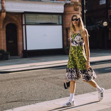 Alerta microtendencia: el street style lleva los calcetines blancos deportivos hasta arriba y quedan así de bien