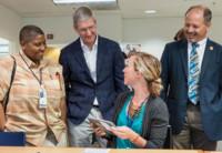 Tim Cook visita el hospital de veteranos de Palo Alto para ver de primera mano cómo utilizan el iPad