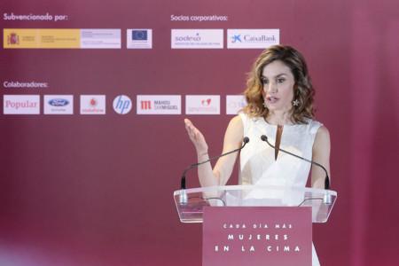 Doña Letizia rinde homenaje a las mujeres de éxito del año con un precioso vestido blanco