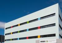 Espacios para trabajar: un instituto de investigación médica en Córdoba muy colorista