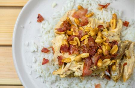 Pollo, plátano, nata montada, salsa picante, beicon y cacahuetes: el delirante plato que adoran los suecos