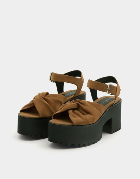 Tenemos estas sandalias de plataforma por 19,99 euros en Pull&bear. Amplia disponibilidad de tallas