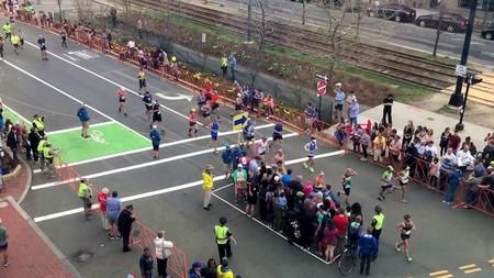 Cuando controlar los cruces de las calles durante la Maratón de Boston se vuelve un bello ballet sincronizado