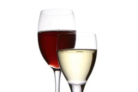 La incompatibilidad de tomar complementos proteínicos y alcohol