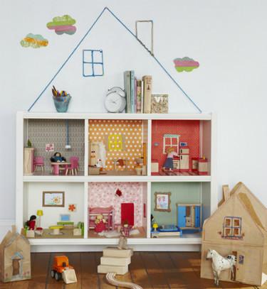 Hazlo tú mismo: una casa de muñecas en una estantería