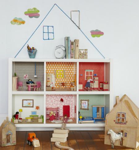Una casa de muñecas en una estantería