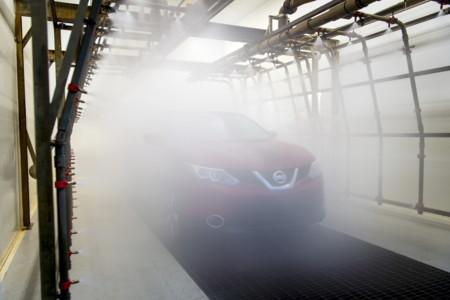 Así se disparan 30.000 litros de agua sobre los coches para evitar que luego les salgan goteras