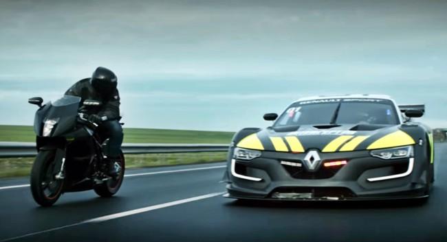 Una KTM RC8 haciendo trastadas en carretera y un Renault R.S. 01 que le corta el rollo