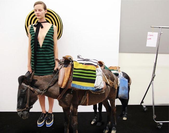 Foto de La fantasía de Prada junto a AMO en el lookbook Primavera-Verano 2011 (18/21)