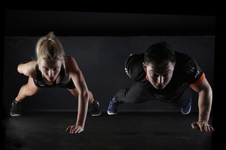entrenar-flexiones-pareja