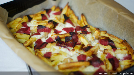 Pizza de salami sobre un lecho de patatas fritas. Receta