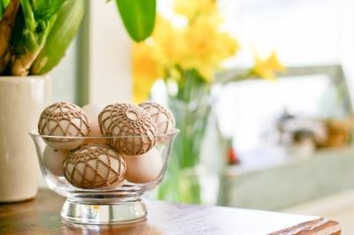 Huevos de Pascua decorados con ganchillo