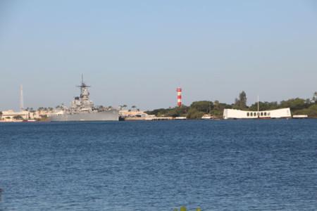 A la izquierda el visitable USS Missouri, a la derecha el Memoria USS Arizona