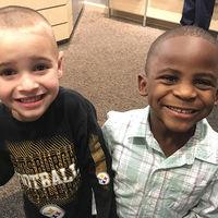 El racismo es aprendido: decide cortarse el pelo como su amigo para que la profesora no sea capaz de diferenciarlos