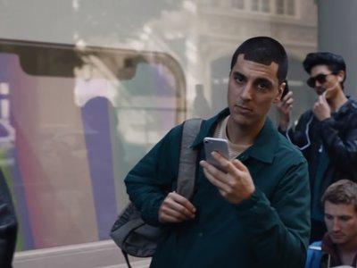 Samsung se burla de Apple y el iPhone X en su más reciente comercial