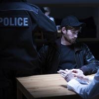 Fabricando un asesino: por qué personas inocentes confiesan al ser interrogadas
