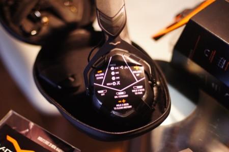 Detalle de la pegatina que nos muestra los controles de los auriculares