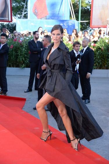 Volantes y asimetrías añaden espectacularidad a la ceremonia de apertura del Festival de cine de Venecia