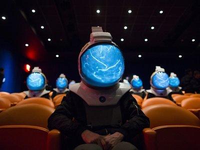"""Estos """"cascos de proyección espacial"""" nos ponen en los zapatos de un astronauta y buscan superar a la realidad virtual"""
