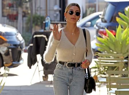 Hailey Bieber y Dua Lipa: dos maneras muy distintas de combinar unos pantalones vaqueros