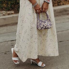 Sandalias blancas: cómo llevarlas, guía de estilo y nueve modelos para lucir este verano