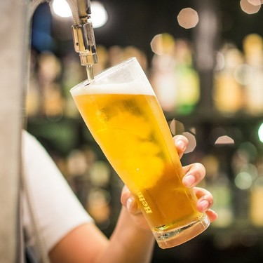 Cómo disfrutar al máximo de la cerveza en casa: cómo servirla y qué herramientas necesitas para tirarla a la perfección