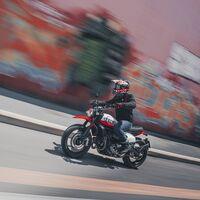 Ducati Scrambler 800 Urban Motard: una moto urbana de estilo callejero, con asiento plano y 73 CV, por 11.690 euros