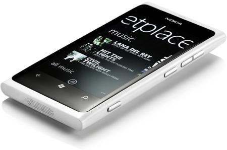Al Nokia Lumia 800 le sienta muy bien el blanco