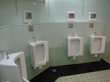 Urinarios con pantallas