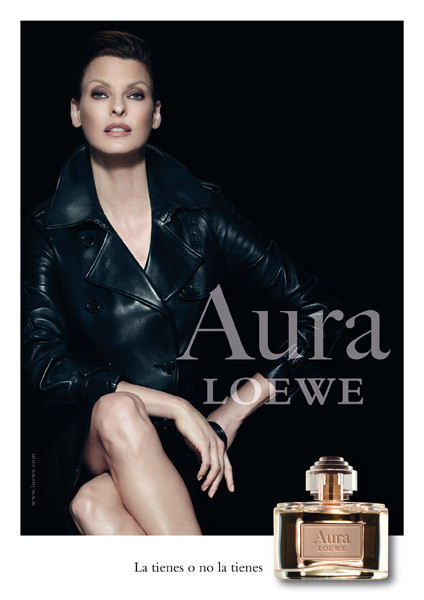 """Linda Evangelista hace gala de todo su magnetismo para presentar la nueva fragancia """"Aura de Loewe"""""""