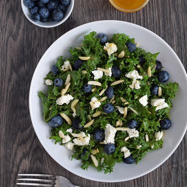 Ensalada de col kale masajeada con arándanos, feta, almendras y aliño de albaricoque: receta ligera