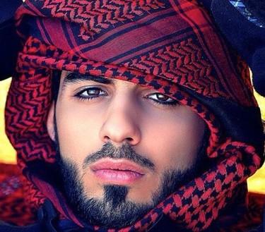 ¿Quién es Omar Borkan Al Gala, el hombre demasiado guapo para Arabia Saudí?