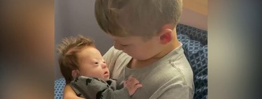 El tierno vídeo viral de un niño cantando a su hermanito con Síndrome de Down