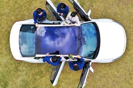 Hyundai y KIA quieren usar paneles solares en los techos de sus coches electrificados para mejorar su autonomía