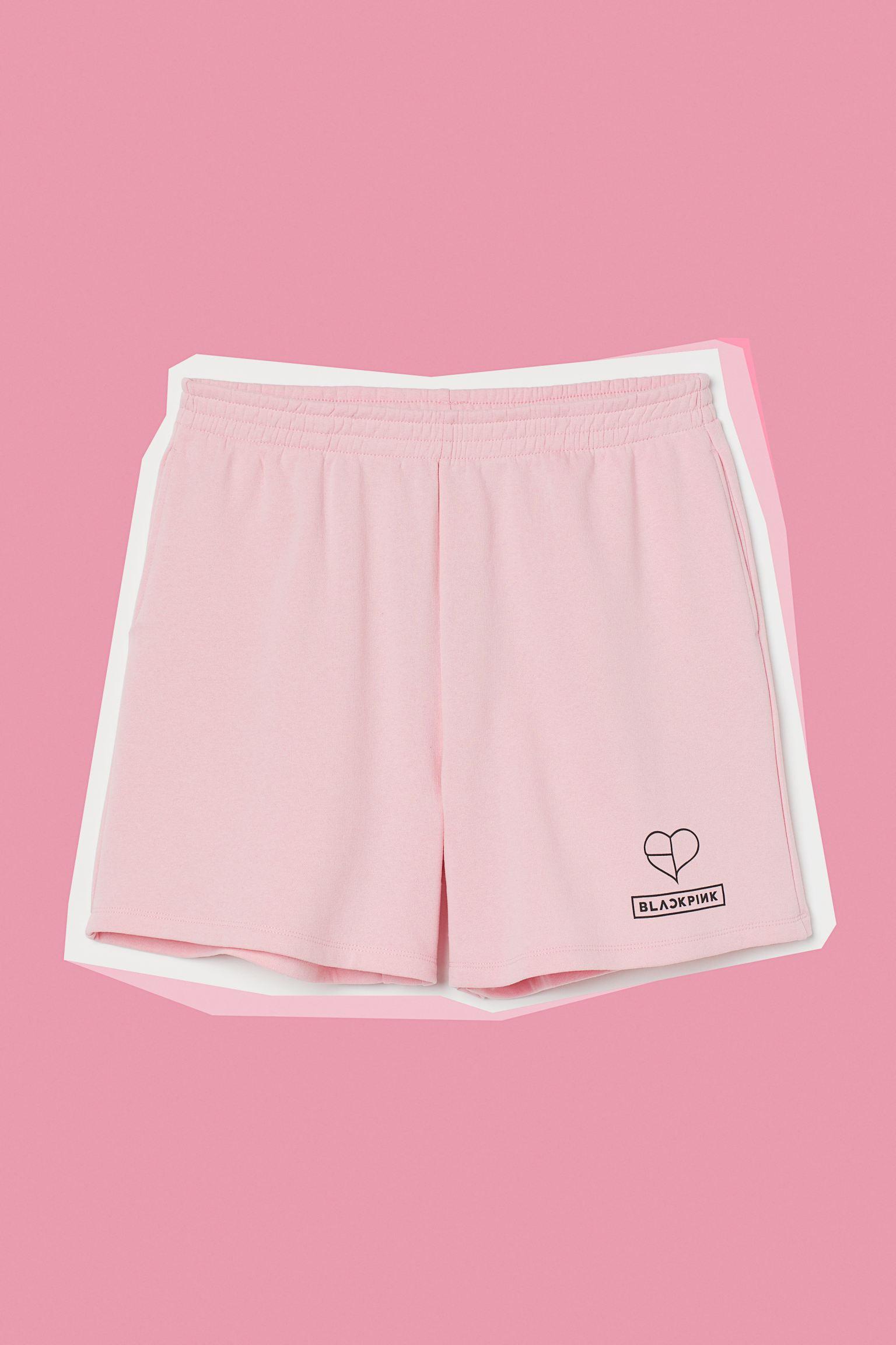 Pantalón corto en tejido sudadera con motivo estampado en una pernera. Modelo de talle alto con elástico fruncido en la cintura y bolsillos discretos en las costuras laterales. Interior cepillado suave.