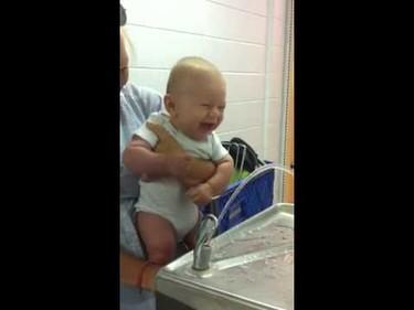 El bebé que se ríe a carcajadas al accionar una fuente