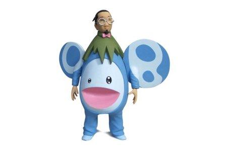 Takashi Murakami es absorbido por una de sus flores en un toy