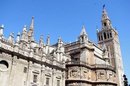 Sevilla tiene sus grandes monumentos en ´rebajas` permanentes