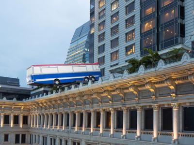 Un autobús en equilibrio inestable sobre la azotea de un hotel de Hong Kong
