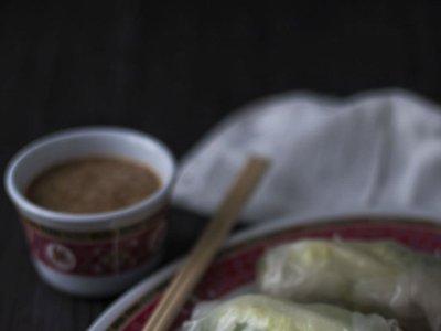 Rollitos vietnamitas fríos con salsa de cacahuetes. Receta con y sin Thermomix