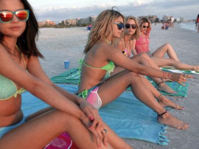 Los bikinis más cool de la playa piden rosa neón