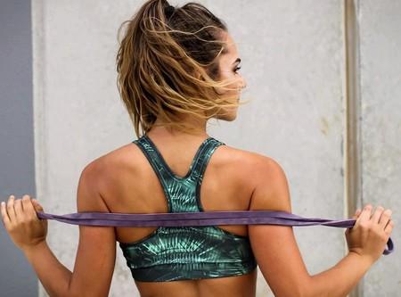 Así puedes utilizar las bandas elásticas para ejercitarte como en el gimnasio (sin tener que salir de casa)